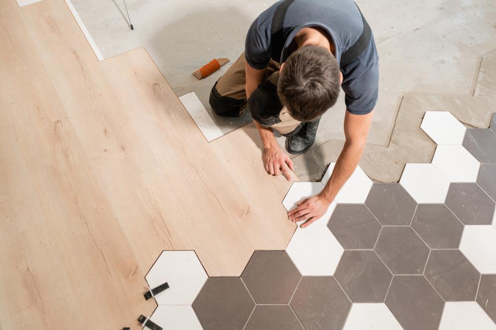 Comment poser du carrelage sur un ancien revêtement de sol intérieur ?